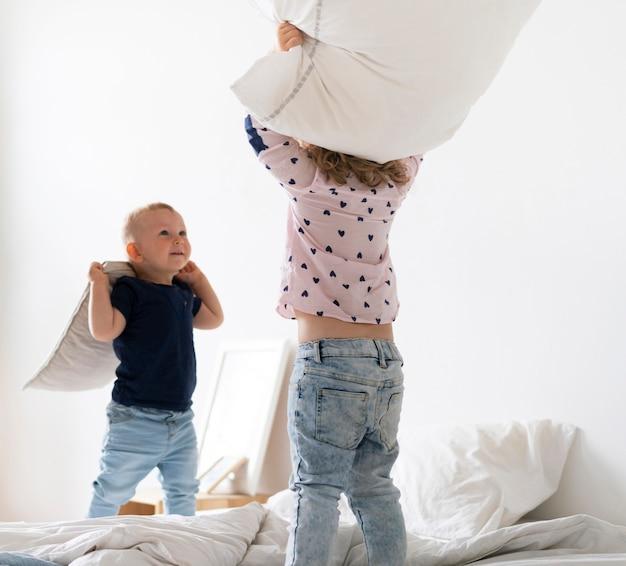 Médio, tiro, crianças, tocando, travesseiros
