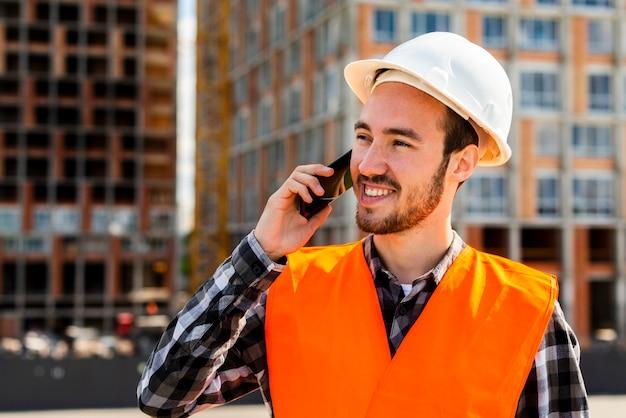 Médio, tiro, de, engenheiro construção, conversa telefone