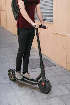 Médio, tiro, e-scooter, cavaleiro, ligado, rua