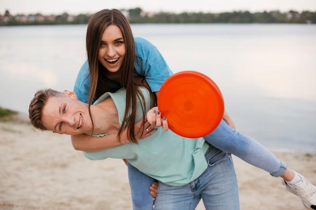 Médio, tiro, feliz, amigos, enganar, ao redor, com, frisbee