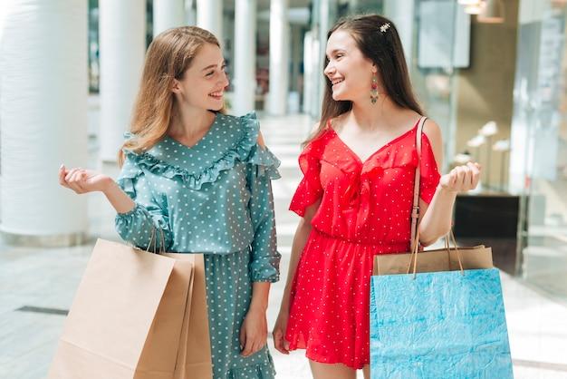 Médio, tiro, feliz, mulheres, em, centro comercial