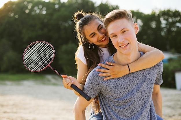 Médio, tiro, feliz, par, com, badminton, raquete