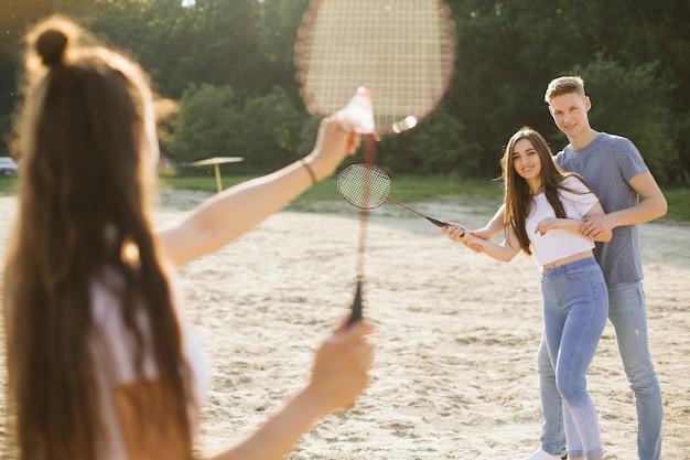 Médio, tiro, grupo, amigos, tocando, badminton