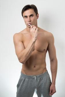 Médio, tiro, homem, escovar, dentes