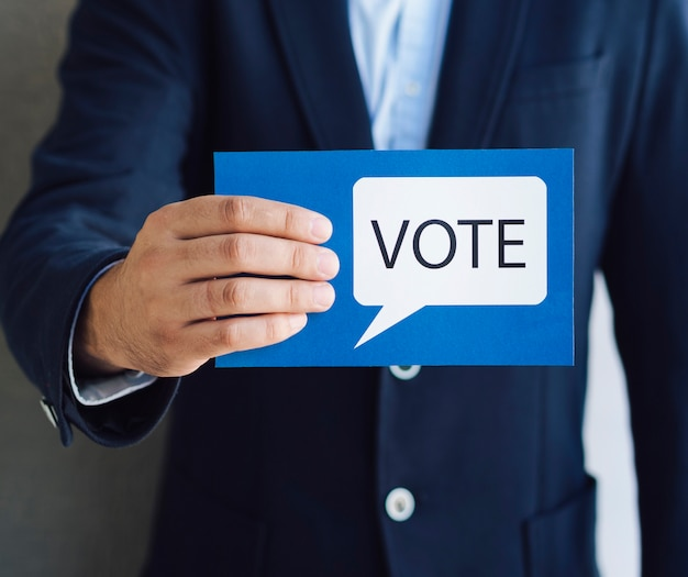 Médio, tiro, homem, mostrando, votando, cartão, fala, bolha