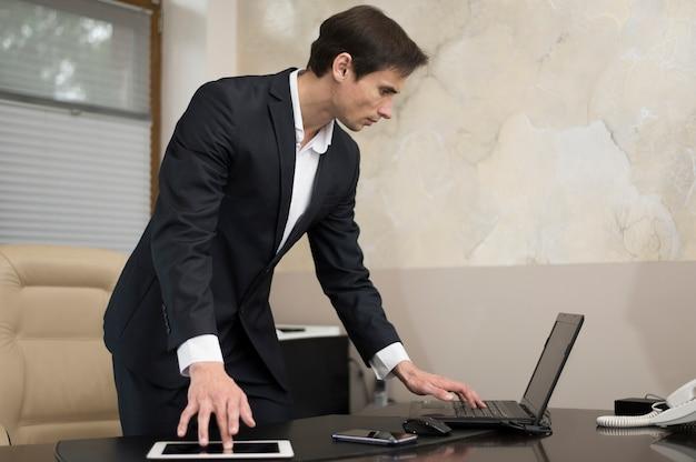 Médio, tiro, homem negócios, trabalhando