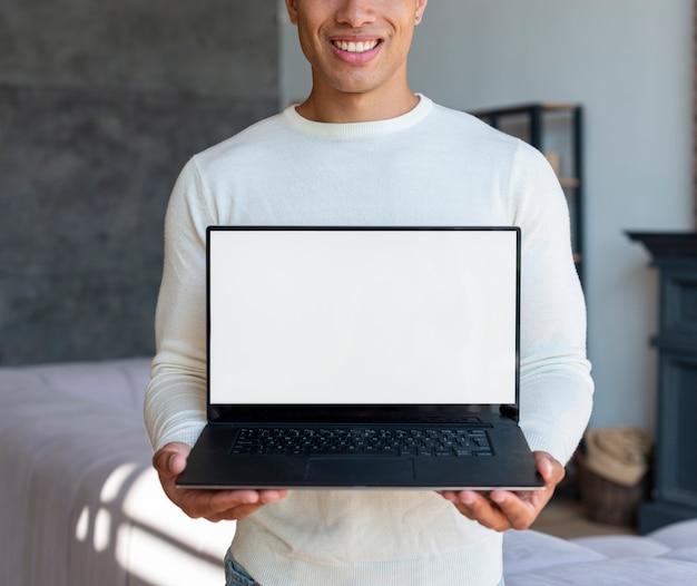 Médio, tiro, homem, segurando, laptop
