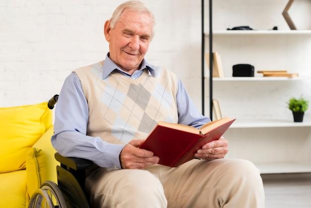 Médio, tiro, homem velho, sentando, ligado, cadeira rodas