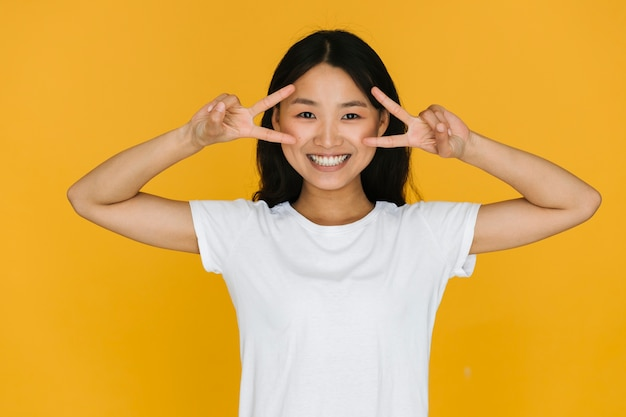 Médio, tiro, jovem, mulher asian, sendo, feliz
