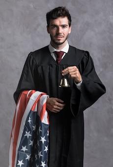 Médio, tiro, juiz, em, manto, com, bandeira, e, sino