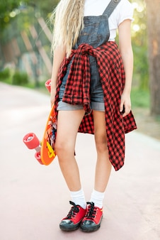 Médio, tiro, loiro, menina, skateboard