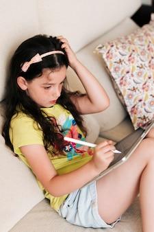 Médio, tiro, menina, desenho, ligado, um, tabuleta, com, caneta