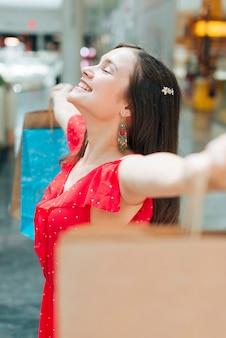 Médio, tiro, menina, tendo divertimento, em, centro comercial