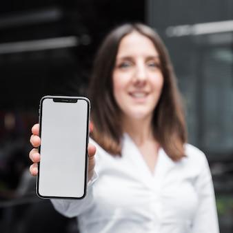 Médio, tiro, mulher, atrasando, um, smartphone