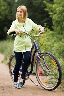 Médio, tiro, mulher, descansar, bicicleta