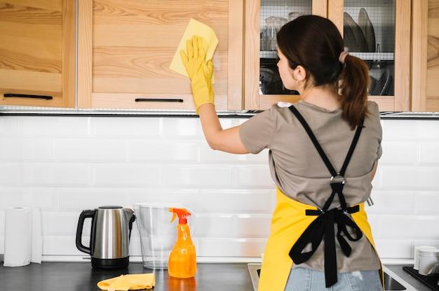Médio, tiro, mulher, limpeza, cozinha