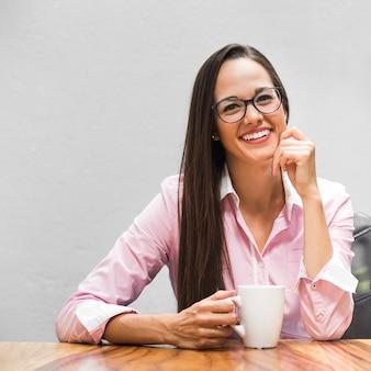 Médio, tiro, mulher negócio, com, um, xícara café