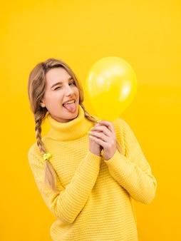 Médio, tiro, mulher segura balão