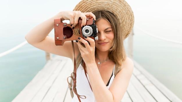 Médio, tiro, mulher segura câmera