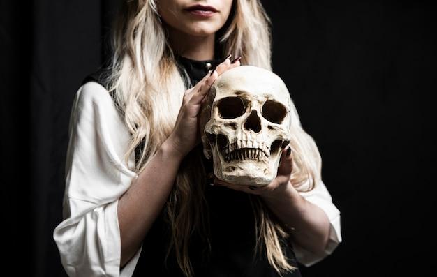 Médio, tiro, mulher, segurando, cranio