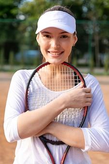 Médio, tiro, mulher, segurando, raquete tênis