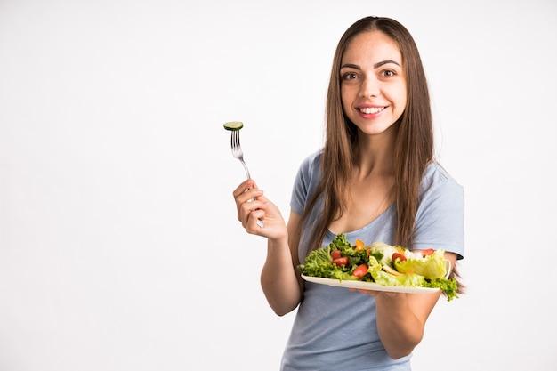 Médio, tiro, mulher, segurando, salada
