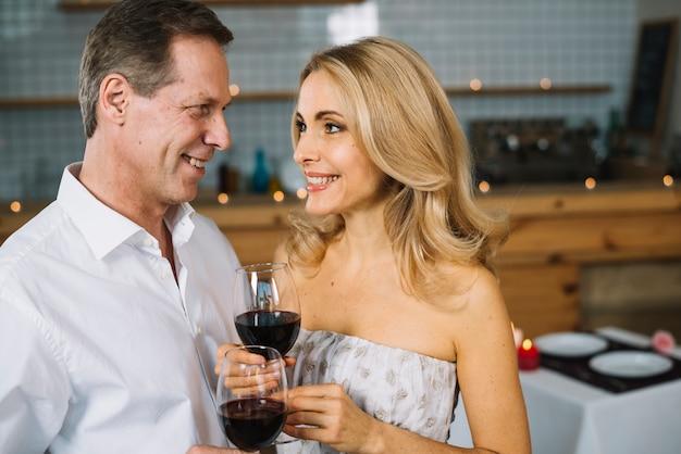 Médio, tiro, par, desfrutando, vinho