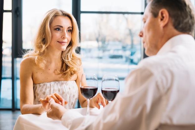 Médio, tiro, par, durante, romanticos, jantar