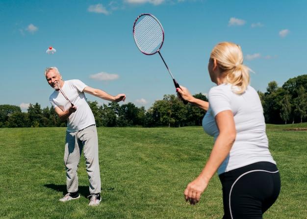 Médio, tiro, par, jogando tênis