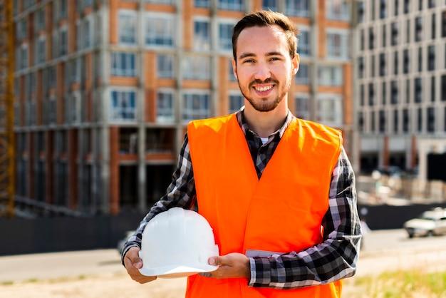 Médio, tiro, retrato, de, sorrindo, trabalhador construção