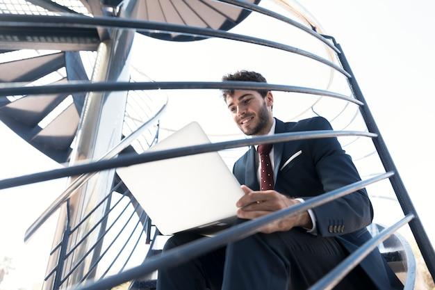 Médio, tiro, smiley, trabalhando, homem, escadas