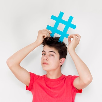 Médio, tiro, sujeito, segurando, hashtag, sinal