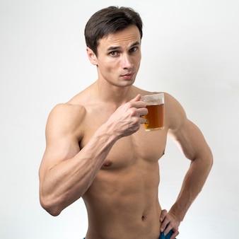 Médio, tiro, topless, homem, bebendo, chá
