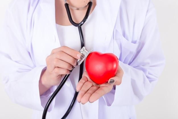 Medique a verificação do coração vermelho com linha e estetoscópio do ecg. isolado no fundo branco. studio li