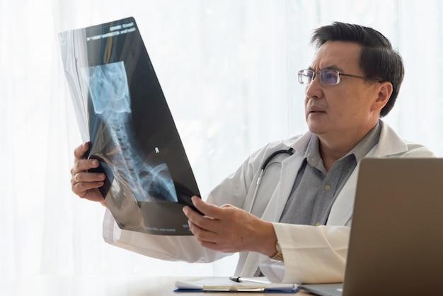 Medique o trabalho com dados de saúde do paciente no escritório do hospital.