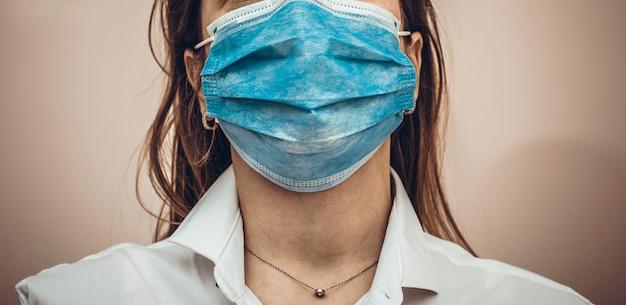 Medique ou nutra a máscara protetora contra o coronavírus. visualização de faixa ou panorama de coronavírus ou covid-19 ncov. fique em casa e reze conceito.