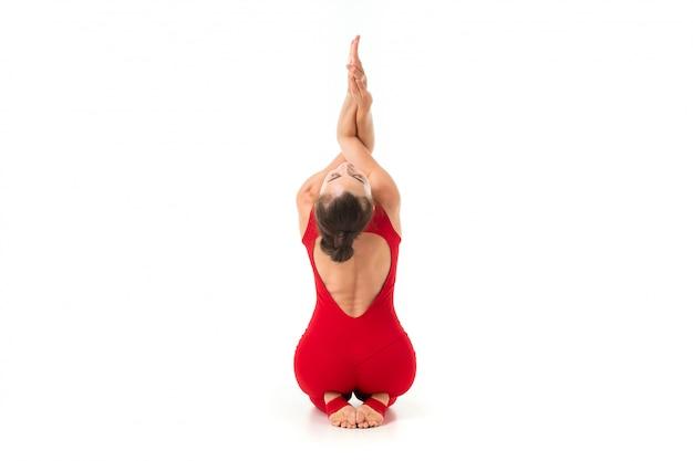 Meditação da jovem mulher em uma pose de ioga
