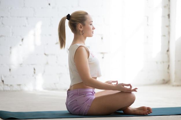 Meditação em sala ensolarada