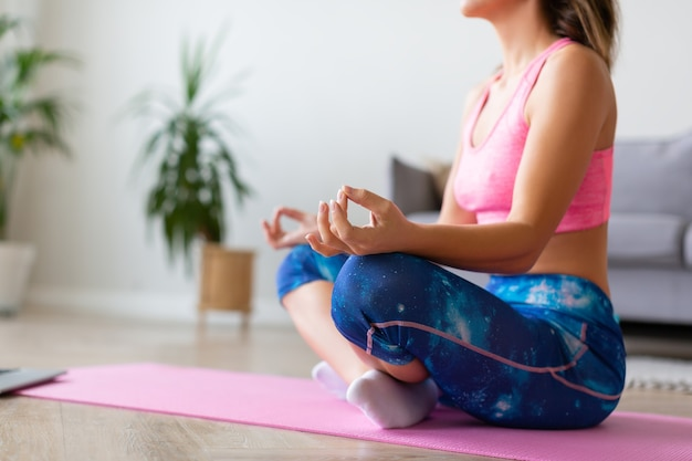 Meditação. mulher fazendo ioga em casa