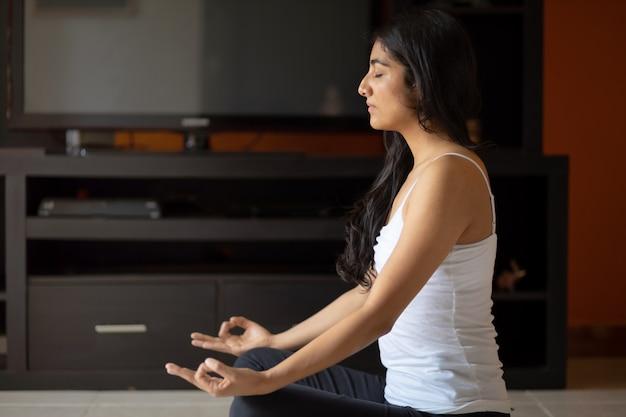 Meditando em casa mulher mexicana