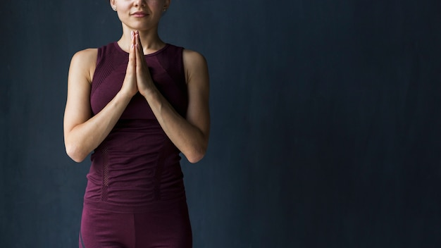 Meditando, mulher segura, mãos, em, namaste, ioga, gratitude, pose