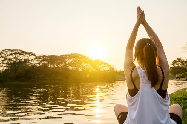 Meditando paz sol meditar bem-estar