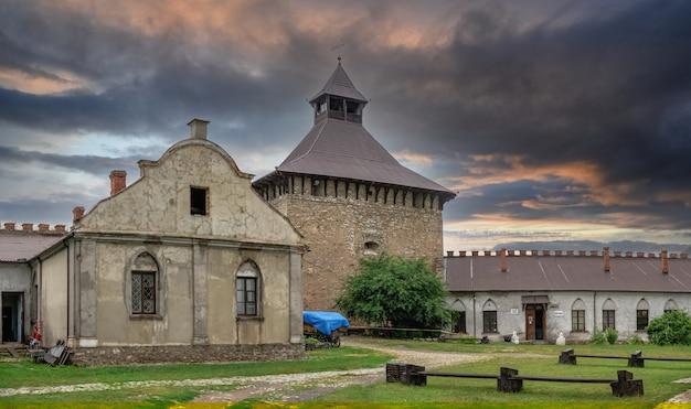 Medzhybish, ucrânia 05.07.2021. fortaleza de medzhybish na região de podolia da ucrânia, em uma manhã nublada de verão