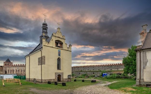 Medzhybish, ucrânia 05.07.2021. igreja de são nicolau no território da fortaleza medzhybish, ucrânia, em uma manhã nublada de verão