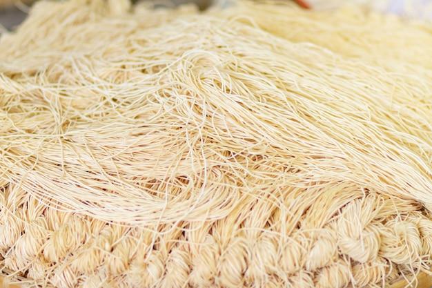 Mee sua comida secagem à luz do sol fazendo sol secado na tailândia são macarrão chinês veget