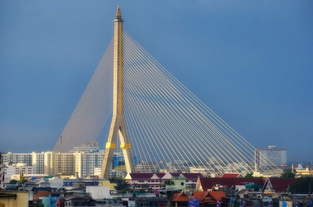 Mega ponte em bangkok, tailândia (rama 8 bridge)