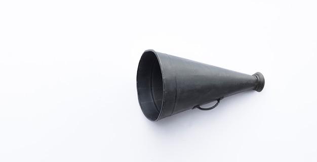 Megafone preto vintage isolado no fundo branco