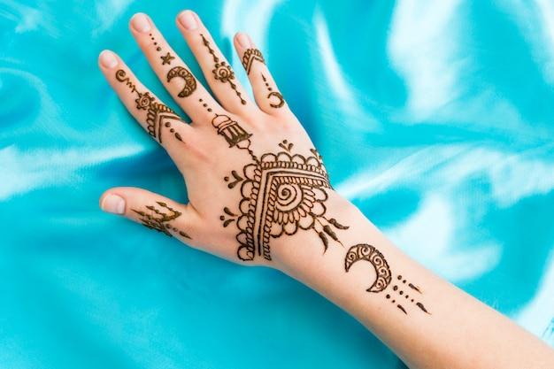 Mehndi maravilhoso na mão da mulher