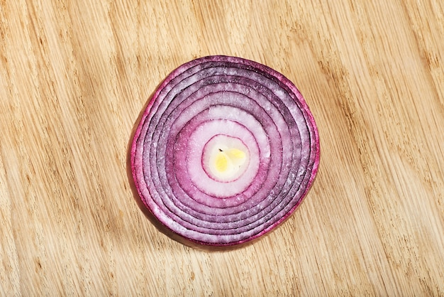 Meia cebola roxa em uma madeira.