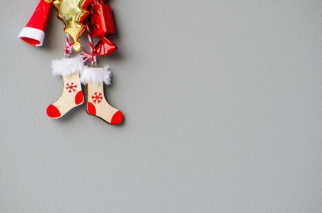 Meia de madeira vermelha ornamento natal com fundo de grung